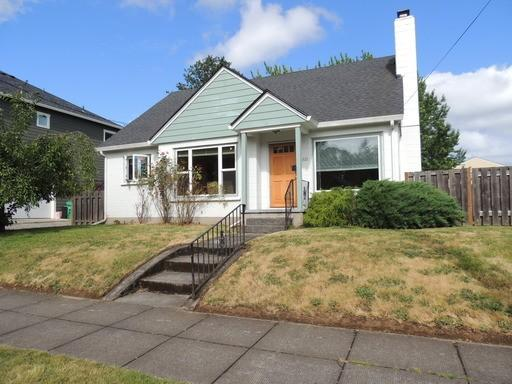Large and immaculate home with fenced yard very close to Univeristy of Portland