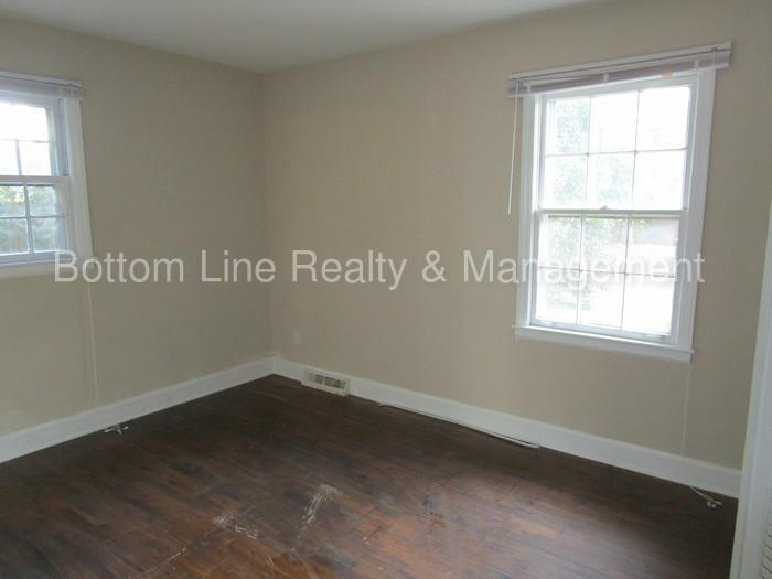 Two BR One BA duplex located in the Sheffield Park area. $825/mo